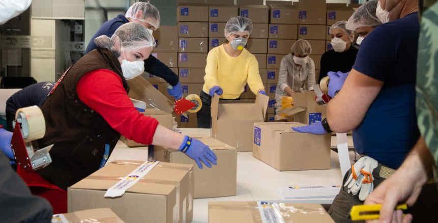 Депутати з фракції «Європейська Солідарність» в партійному офісі збирають продуктові набори