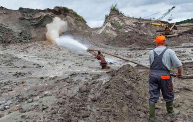 У Житомирській області оголошено підозру групі осіб, які видобували бурштин