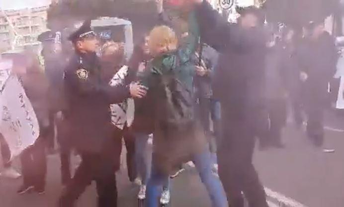 У Житомирі під час акції до приїзду Зеленського сталася сутичка між мітингувальниками і поліцією