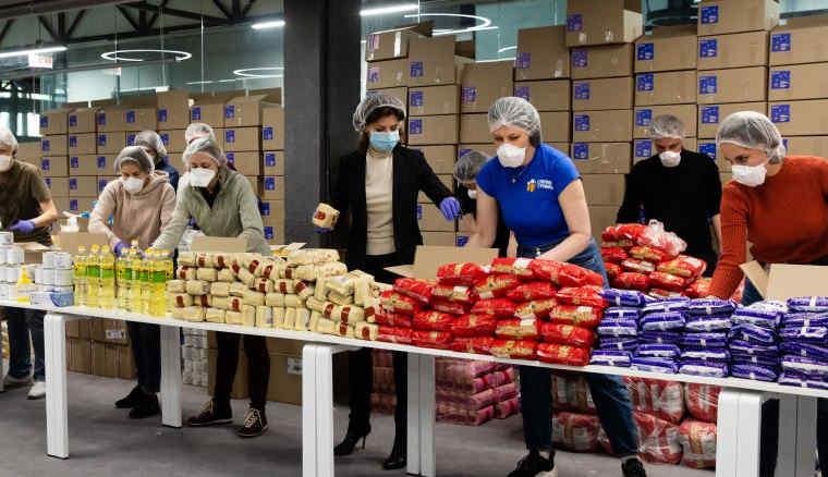 Тисячі продуктових наборів від Фонду Порошенка відправлені пенсіонерам та людям з інвалідністю по всій Україні
