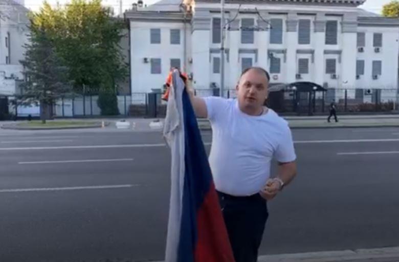 Мер Конотопа спалив трофейний прапор Росії навпроти посольства