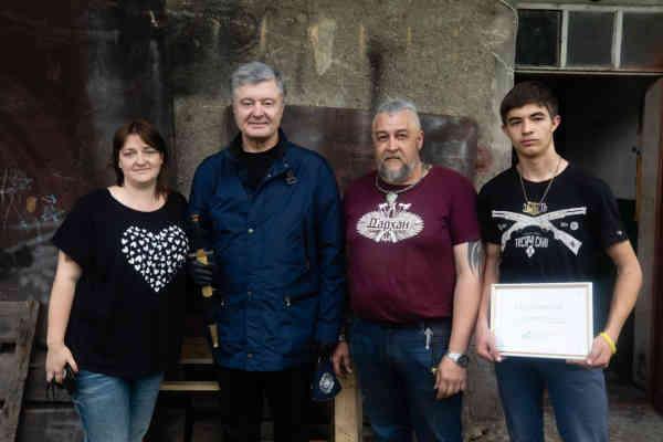 Порошенко у Надвірній передав допомогу для відбудови родинної кузні батька військового моряка Андрія Ейдера