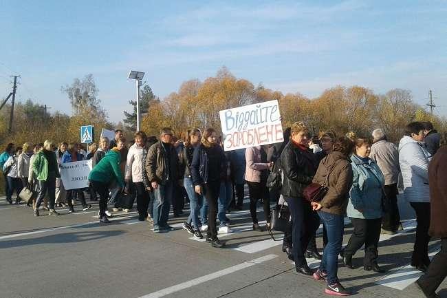 На Житомирщині вчителі перекрили трасу, вимагаючи зарплат
