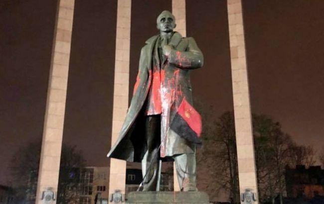 У Львові знайшли, тих хто осквернив пам'ятник Бандері. Це двоє студентів місцевого ВНЗ