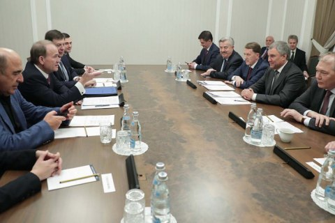 Суд зобов'язав Офіс генпрокурора розслідувати поїздку Медведчука, Кузьміна і Рабиновича у Росію як держзраду