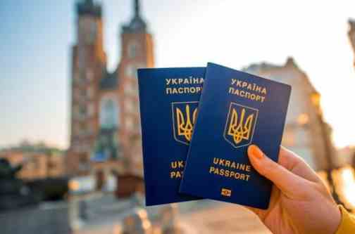Українцям дозволять фотографуватися на паспорт у головному уборі