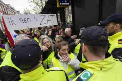 У Парижі знову відновилися акції протесту «жовтих жилетів», десятки затриманих