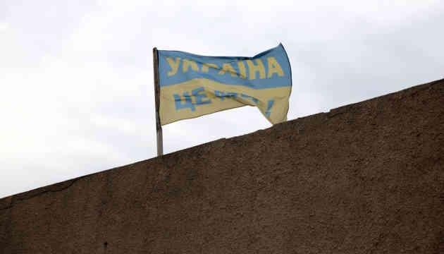 У чиновників своя правда: У Луганській ОДА спростовують фейк про прапор Росії у Золотому