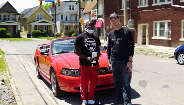 Підліток у США отримав стипендію і машину за прибирання вулиць після протестів