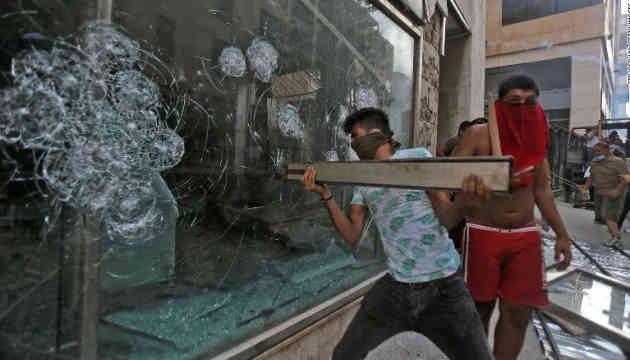 У Бейруті демонстранти намагалися підпалити будівлю парламенту