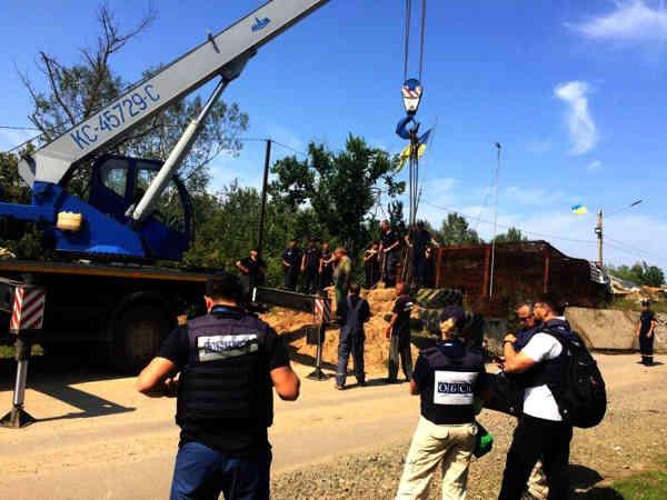 ДСНС почала демонтаж фортифікацій біля мосту в Станиці Луганській