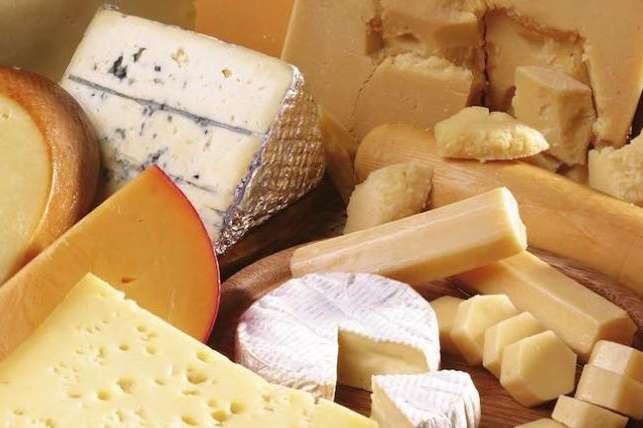 В українських магазинах засилля імпортного сиру. Звідки його везуть
