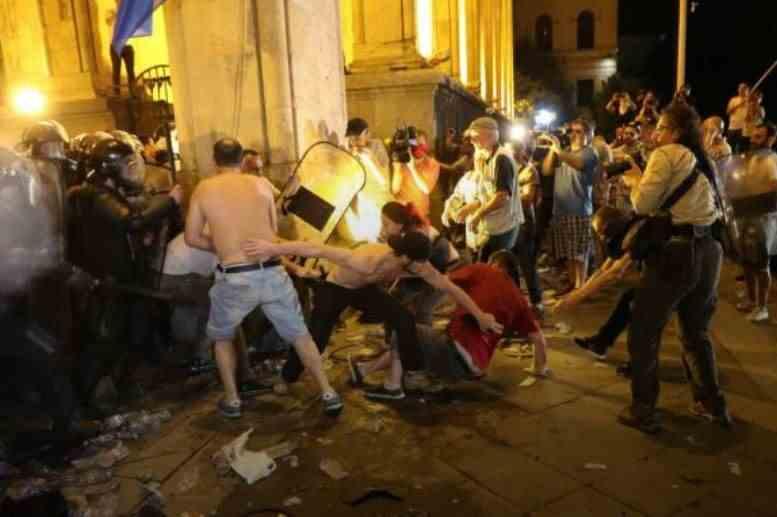 На протестах в Грузії відбулися зіткнення з поліцією