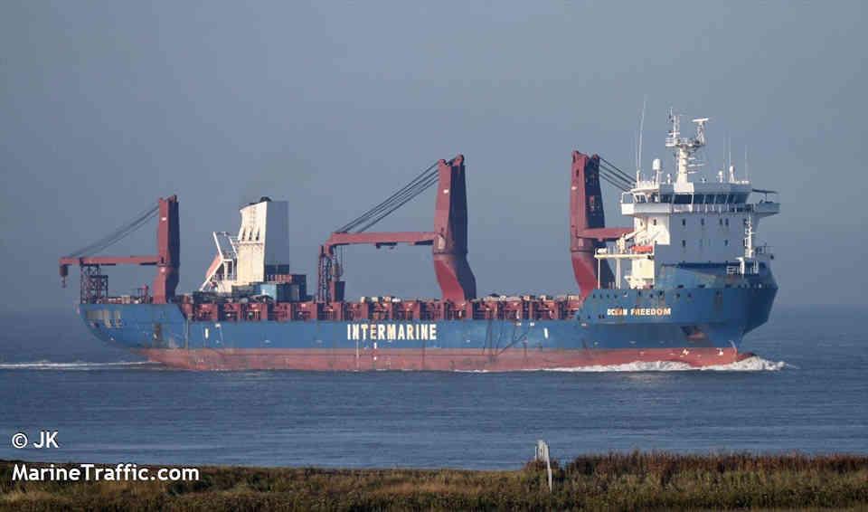 У Чорне море увійшов корабель з подарованими США катерами для ВМС України