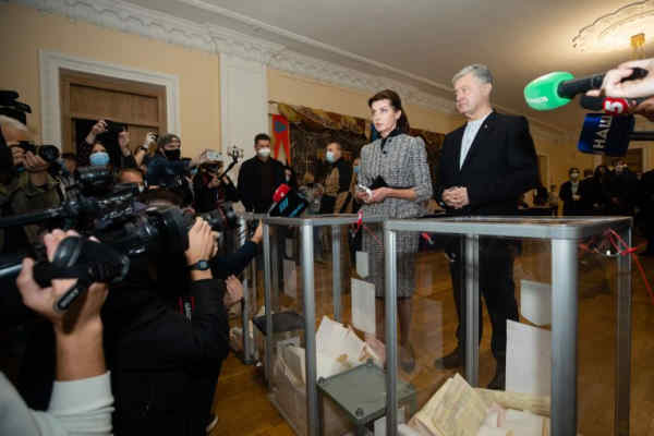 «Опитування Зеленського» це найбільша виборча фальсифікація за всю історію України – Порошенко на виборчій дільниці