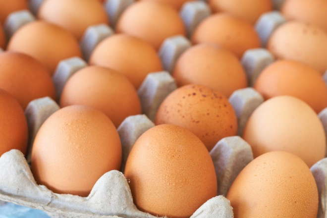 В Україні можуть значно подорожчати курячі яйця: названо ціну за десяток