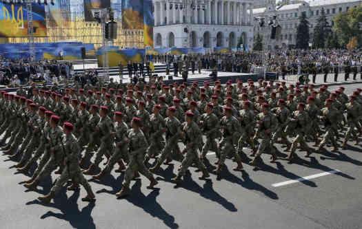 Це не наша вина, але вибачте, що без параду: Порошенко звернувся до військових