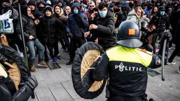 Протести проти коронавірусних обмежень в Нідерландах переросли в безлади: їх учасники спалили пункт тестування на COVID