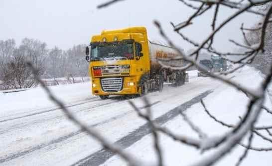 На Вінниччині через сильний сніг обмежили рух на двох міжнародних трасах