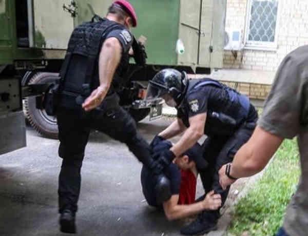 Нацполіція призначила службове розслідування через побиття правоохоронцями активістів під Шевченківським судом