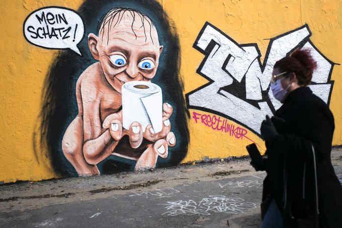 У Німеччині знову стали панічно скуповувати туалетний папір і санітайзери