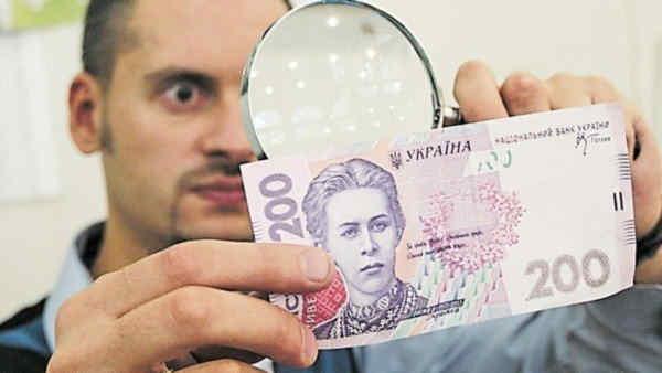 Фальшиві гроші заполонили Україну: де можуть підсунути та як впізнати підробку