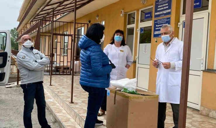 На Закарпатті в районні лікарні передали захисні костюми для медиків від Порошенка
