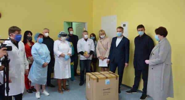 «Європейська Солідарність» передала медикам Полтавщини захисні костюми і пульсоксиметри від Порошенка