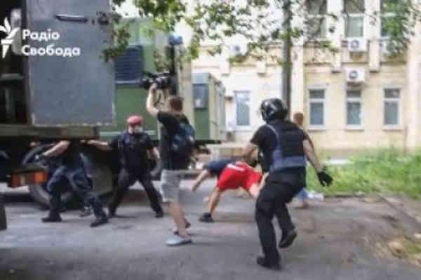 Відсторонено поліцейських, які били протестувальника під судом щодо Стерненка