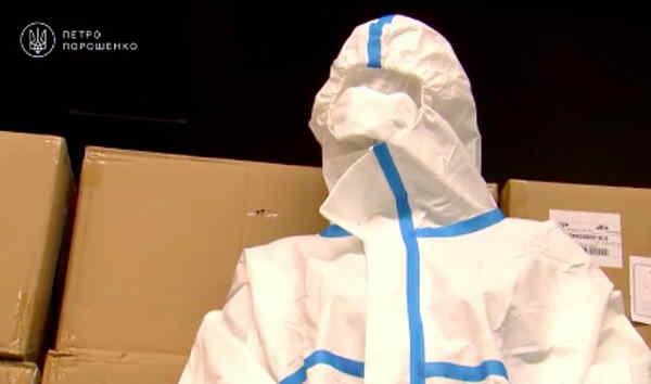 Фонд Порошенка відправить у найбільш уражені епідемією регіони 10 тисяч захисних костюмів